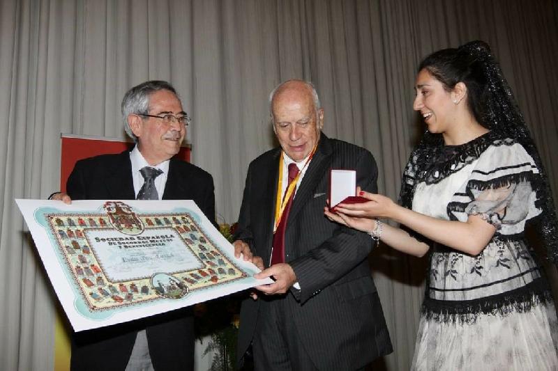 Dr. Nicolás Ortiz Carvajal - Nuestro querido y destacado Dr. Nicolás Ortiz Carvajal, recibiendo la medalla y el Diploma de los 125 Años de la Institución.