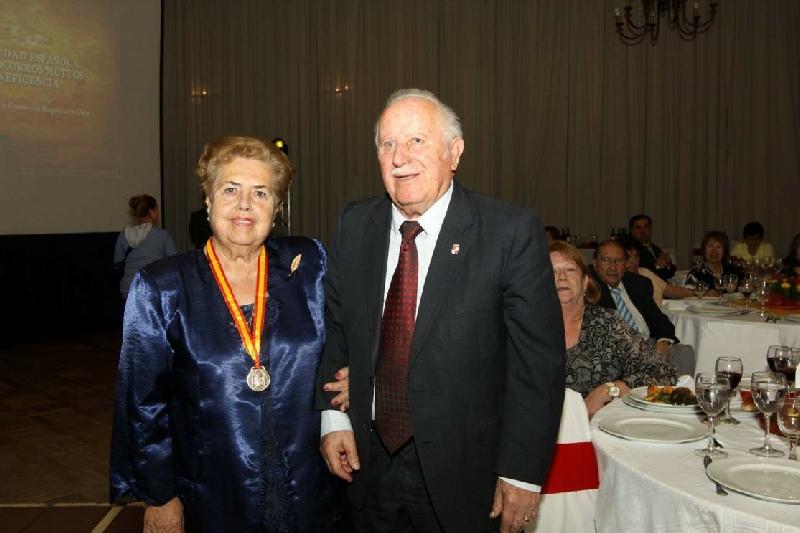 Doña Ana Arbea Millacaris & Don Teodoro Largo García - Doña Ana Arbea Millacaris, recibe su medalla de Honor, por sus 69 años como socia desde el 01 de mayo del 1945.  Junto a ella su marido don Teodoro Largo García, otro de nuestros entrañables socios de toda una vida.