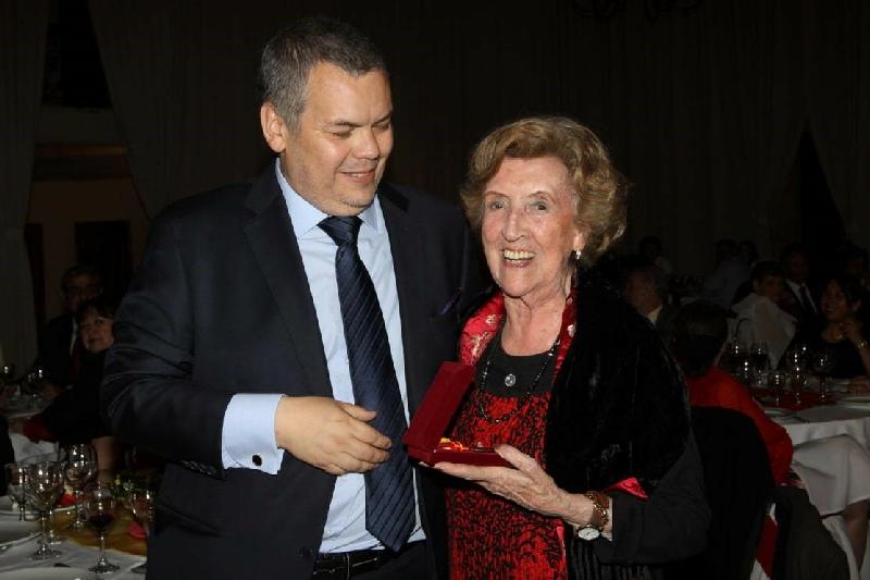 Doña María Goffard Molina - Doña María Goffard Molina, a sus 91 años recibe su medalla de Honor por sus 63 años como socia.