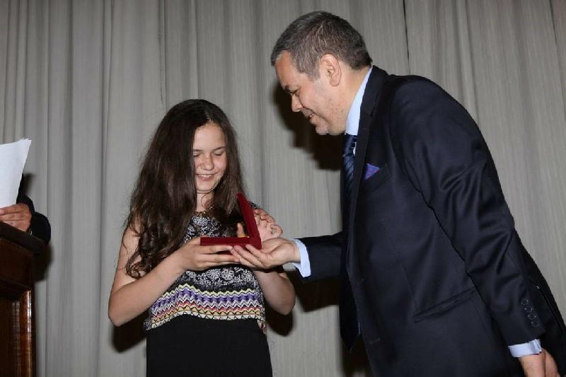 Doña Mikele Sobrevilla Rojas - Doña Mikele Sobrevilla Rojas, recibe su medalla de Honor, por ser una de nuestras socias del futuro y a esperanza con sus 12 años de pertenencia a la Sociedad Española.